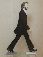 Работы  Andrea Tirinnanzi - Ringo Starr ???????? ?????????? ??????? бумага на столе