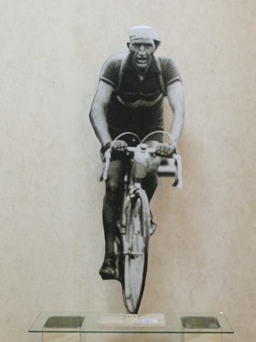 Quadro di Andrea Tirinnanzi Gino Bartali al tour de France , digiscultura bifacciale su carta su tavola 155 x 51 | FirenzeArt Galleria d'arte